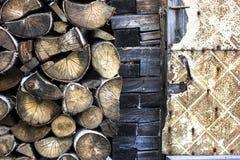 De hoge achtergrond van het textuurbrandhout met de muur van het landbouwbedrijfhuis en geel stock foto's