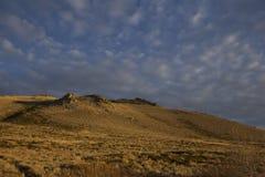 De hoge berg van de woestijnzonsondergang Stock Afbeelding