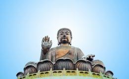 De hoge berg van Tian Tan Buddha statueat dichtbij Po Lin Monastery, Lantau-Eiland, Hong Kong royalty-vrije stock foto