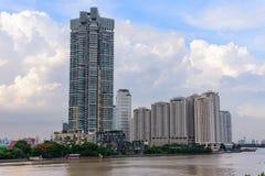 De hoge bouw bij de rivier Royalty-vrije Stock Foto
