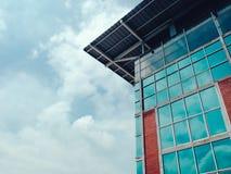 De hoge en moderne bouw met bezinning van mooie hemel met c stock afbeeldingen