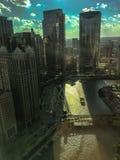 De hoge hoekmening van de zon die een schitterende gloed op de Rivier van Chicago plaatsen als boot drijft langs royalty-vrije stock foto's