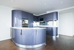 De hoge keuken van de specificatieontwerper in metaalblauw stock fotografie