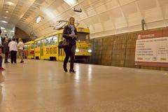 De hoge snelheidstram komt bij het ondergrondse Vierkant van postlenin aan Stock Foto's