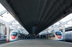 De hoge snelheidstrein Sapsan vertrekt van de spoorweg Stock Afbeelding