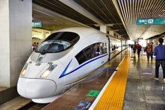 De hoge snelheidstrein van China in platform royalty-vrije stock afbeeldingen