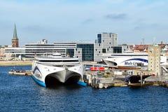 De hoge snelheidsveerboten DRUKKEN uit 1 und UITDRUKT 2 van de scheepvaartmaatschappij Molslinjen in de haven van Aarhus Denemark stock afbeelding
