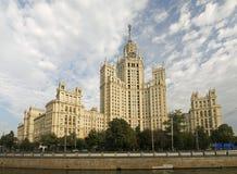 De hoge Stalin bouw van Moskou. Stock Foto