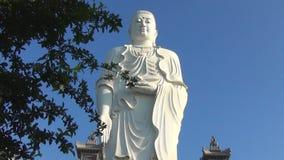 De hoge witte tribunes van Boedha op een achtergrond van blauwe hemel Panorama De tempeltribunes op de berg stock videobeelden