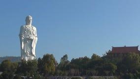 De hoge witte tribunes van Boedha op een achtergrond van blauwe hemel Panorama De tempeltribunes op de berg stock footage