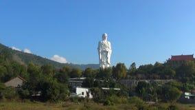 De hoge witte tribunes van Boedha op een achtergrond van blauwe hemel Panorama De tempeltribunes op de berg stock video