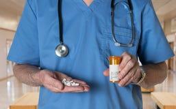 De hogere arts schrobt binnen met RX-tabletten stock fotografie