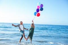 De hogere ballons van de paarholding Stock Foto