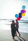 De hogere ballons van de paarholding Stock Foto's