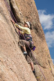 De hogere dame op steile rots beklimt in Colorado Stock Fotografie