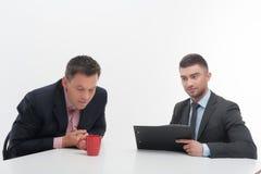 De hogere en ondergeschikte bedrijfsmensen bespreken Stock Afbeeldingen