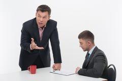 De hogere en ondergeschikte bedrijfsmensen bespreken Stock Foto