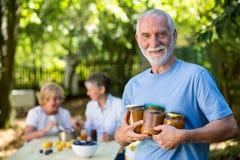 De hogere fles van de mensenholding jam in tuin royalty-vrije stock foto's