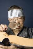 De hogere Japanse mens onderzoekt woordenboek stock foto's
