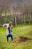 De hogere landbouwerslente die de tuin schoonmaakt Royalty-vrije Stock Foto