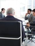 De hogere manager bekeek van erachter in een vergadering Stock Foto's
