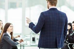 de hogere Manager van het bedrijf houdt een werkende vergadering met commercieel team in modern bureau stock afbeeldingen