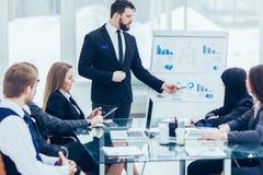 De hogere Manager van het bedrijf maakt de presentatie van een nieuw financieel project voor de bedrijf` s werknemers royalty-vrije stock foto's