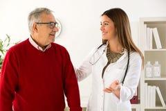 De hogere mens bij het overleg met arts, sluit omhoog stock foto's
