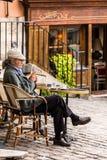 De hogere mens zit op het terras van het restaurant in Butte Mo Royalty-vrije Stock Afbeelding