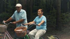 De hogere mensen berijden fietsen in het park stock footage