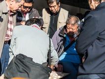 De hogere mensen die van Peking het Chinese schaak van Xiangqi in park China spelen Stock Fotografie