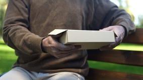 De hogere mensenholding in handen kartonneert doos, voorbij geheugen, nostalgie, archief royalty-vrije stock afbeelding