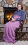 De hogere Open haard van de Schommelstoel van de Oma van de Vrouw Royalty-vrije Stock Foto's