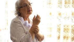 De hogere Pijn van de Artritis van de Vrouw in Handen, die Oud groeien stock videobeelden