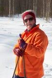 De hogere skiër van het vrouwen dwarsland in bos op zonnige dag Stock Fotografie