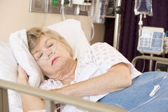 De hogere Slaap van de Vrouw in het Bed van het Ziekenhuis Stock Afbeeldingen