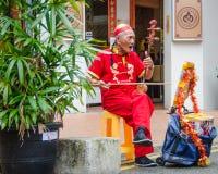 De hogere straatmusicus onderhoudt mensen in Chinatown Royalty-vrije Stock Foto
