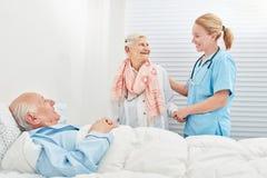De hogere vrouw bezoekt haar echtgenoot in het ziekenhuis stock afbeeldingen