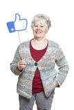 De hogere vrouw die sociale media houden ondertekent het glimlachen Stock Afbeelding