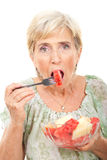 De hogere vrouw die van de schoonheid watermeloen eet Stock Afbeeldingen
