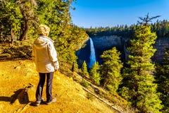 De hogere vrouw die van de mening van Helmcken genieten valt in Putten Gray Provincial Park in Brits Colombia, Canada stock afbeeldingen