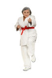 De hogere vrouw in karate stelt stock foto
