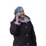 De hogere vrouw maakt besprekingen op mobiele telefoon stock afbeeldingen