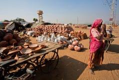 De hogere vrouw in Sari neemt samen handen in teken Namaste Royalty-vrije Stock Afbeeldingen