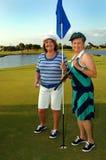 De Hogere vrouwen van Golfing Stock Afbeeldingen