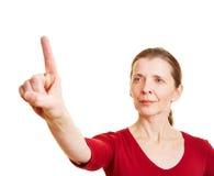 De hogere wijsvinger van de vrouwenholding stock fotografie