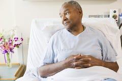 De hogere Zitting van de Mens in het Bed van het Ziekenhuis royalty-vrije stock afbeeldingen