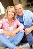 De hogere Zitting van het Paar buiten Huis royalty-vrije stock foto