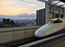 De hogesnelheidstrein is bij het station van Fukushima Stock Afbeelding