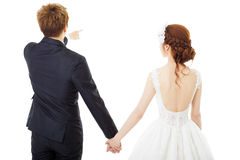de holding overhandigt bruid en bruidegom op wit wordt geïsoleerd dat Royalty-vrije Stock Afbeelding